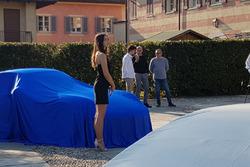 Una modella accanto alla Porsche 911 GT3 Cup di Alessio Rovera, Tsunami RT, sotto il telo