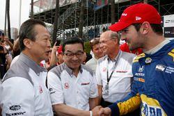 Toshiaki Mikoshiba, President en CEO van American Honda Motor Company, Inc., en Takahiro Hachigo, Pr