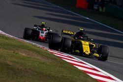 Carlos Sainz Jr., Renault Sport F1 Team R.S. 18, Kevin Magnussen, Haas F1 Team VF-18 Ferrari