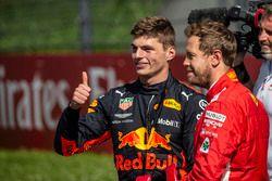 Il vincitore della gara Max Verstappen, Red Bull Racing e Sebastian Vettel, Ferrari, festeggiano nel parco chiuso