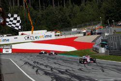 Esteban Ocon, Force India VJM11 passe sous le drapeau à damier
