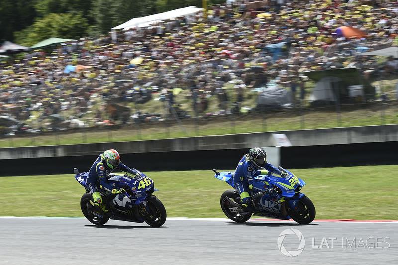 Валентино Росси, Yamaha Factory Racing, и Андреа Янноне, Team Suzuki MotoGP
