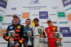 Podio: il vincitore della gara Enaam Ahmed, Hitech Bullfrog GP Dallara F317 - Mercedes-Benz, il secondo classificato Dan Ticktum, Motopark Dallara F317 - Volkswagen, il terzo classificato Mick Schumacher, PREMA Theodore Racing Dallara F317 - Mercedes-Benz