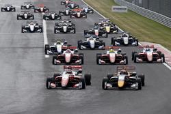 Маркус Армстронг, PREMA Theodore Racing, Dallara F317 Mercedes-Benz, и Дэн Тиктум, Motopark, Dallara F317 Volkswagen