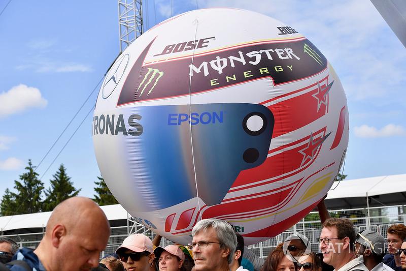 Lewis Hamilton, Mercedes-AMG F1 fans balloon helmet