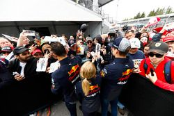 Daniel Ricciardo, Red Bull Racing, y Max Verstappen, Red Bull Racing, firma autógrafos para fanáticos