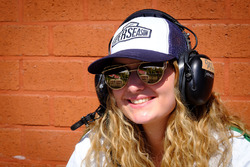 Une jeune femme porte une casquette de la Super Saison