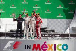 Подиум: второе место – Нико Росберг, Mercedes AMG F1, Том Уолтон, инженер Mercedes AMG F1, победител