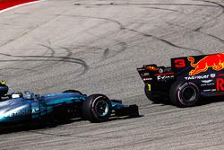 Daniel Ricciardo, Red Bull Racing RB13, battles with Valtteri Bottas, Mercedes AMG F1 W08