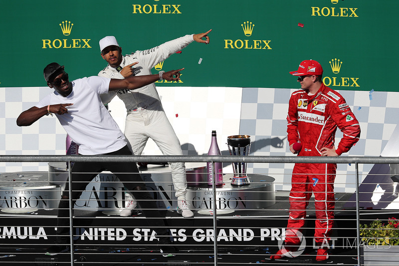 Podio: ganador de la carrera Lewis Hamilton, Mercedes AMG F1 con Usain Bolt, y tercer lugar Kimi Raikkonen, Ferrari