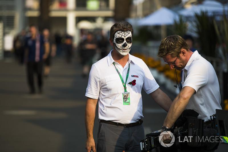 Miembros de Sky Sport se pintan para la celebración del Día de Muertos