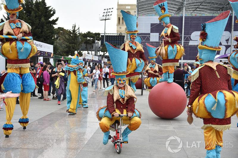 Demonstração de circo entreteve os fãs da F1 em Baku
