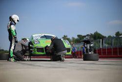 Meccanici al lavoro sulla Porsche 911 GT3 Cup di Stefano Stefanelli / Luca Lorenzini, Dinamic / Shade Motorsport