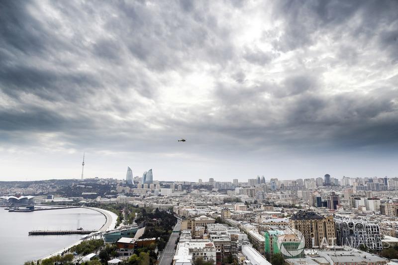 Una vista aérea del circuito y edificios circundantes durante la Calificación