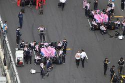 Sergio Perez, Force India VJM11 et Esteban Ocon, Force India VJM11, sur la grille