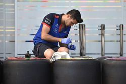 Scuderia Toro Rosso mechanic and Pirelli tyres
