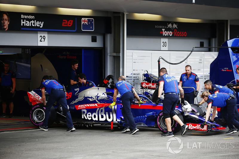 Brendon Hartley, Toro Rosso STR13 Honda, vuelve a los boxes