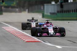Sergio Perez, Force India VJM11 Mercedes, Romain Grosjean, Haas F1 Team VF-18 Ferrari