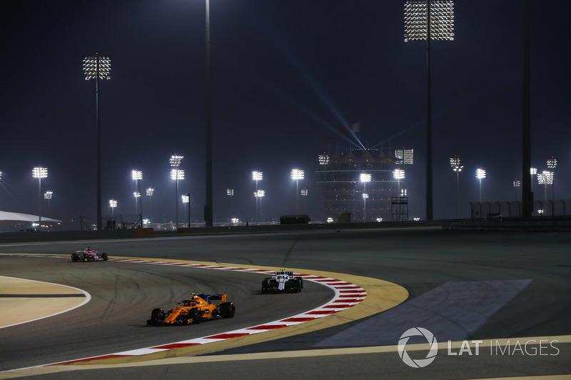 Stoffel Vandoorne, McLaren MCL33 Renault, y Sergey Sirotkin, Williams FW41 Mercedes