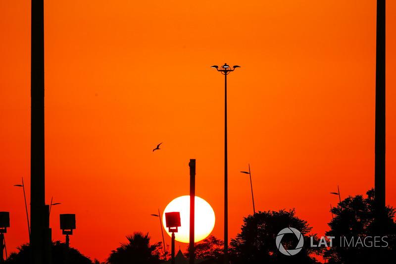 Il sole tramonta durante le Qualifiche