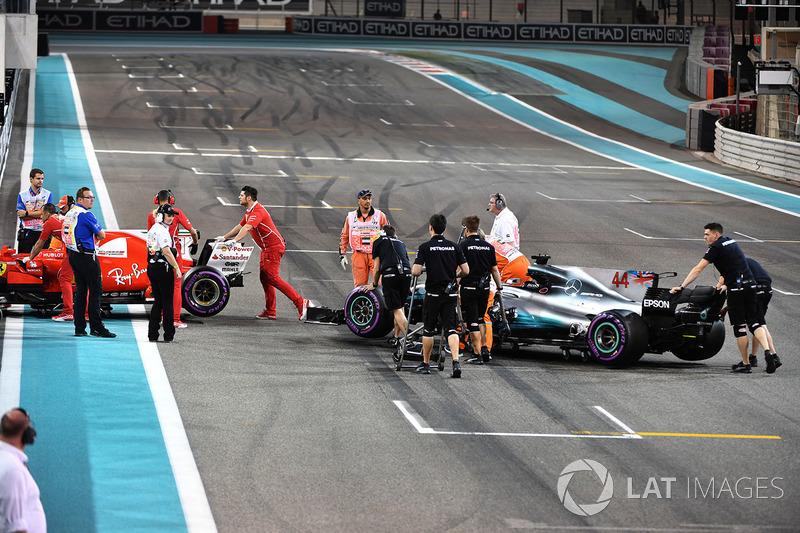 El coche de Sebastian Vettel, Ferrari SF70H y Lewis Hamilton, Mercedes-Benz F1 W08 son retirados de la pista