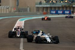 Лэнс Стролл, Williams FW40, и Ромен Грожан, Haas F1 Team VF-17