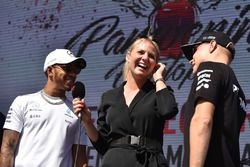 Rosanna Tennant met Lewis Hamilton, Mercedes AMG F1 en Valtteri Bottas, Mercedes AMG F1