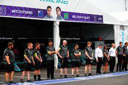 Los equipos en el pit lane