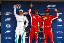 Los tres primeros clasificados, Valtteri Bottas, Mercedes AMG F1, pole sitter Sebastian Vettel, Ferrari, y Kimi Raikkonen, Ferrari