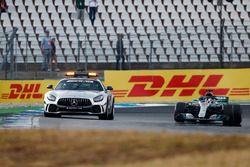 Coche de seguridad al frente de Lewis Hamilton, Mercedes AMG F1 W09