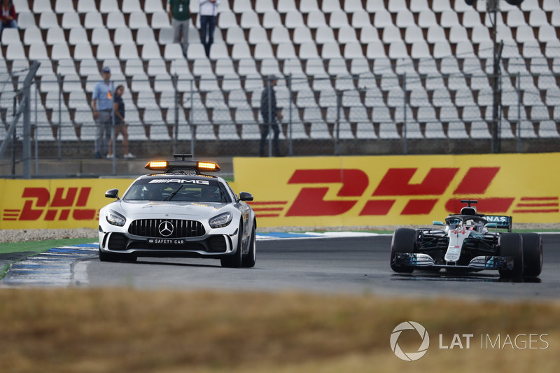 La safety car davanti a Lewis Hamilton, Mercedes AMG F1 W09