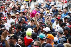 Una multitud reunida alrededor de la etapa