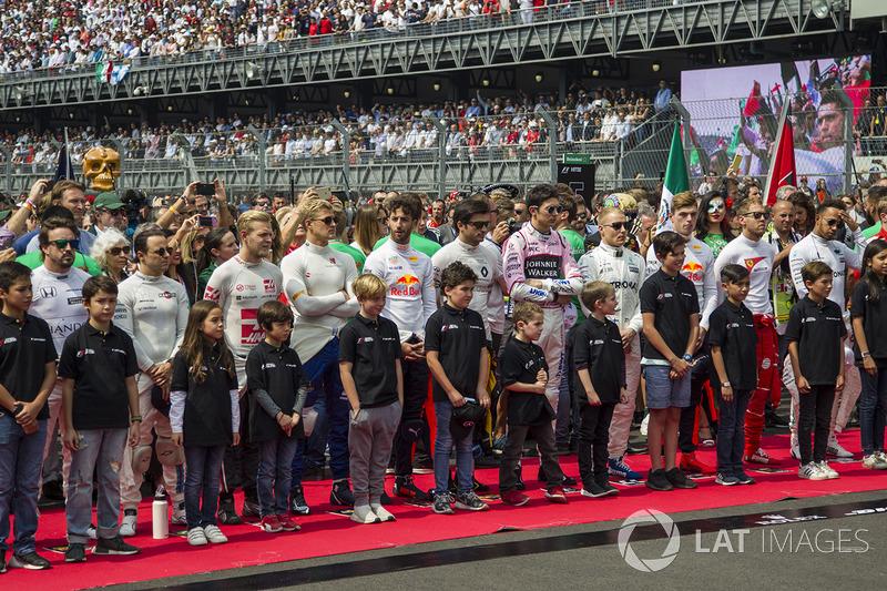 Pilotos en la ceremonia del Himno Nacional