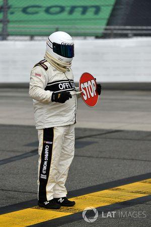 NASCAR-Offizieller mit Stop-Schild