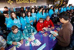 Antonio Felix da Costa, Andretti Formula E Team, Tom Blomqvist, Andretti Formula E Team, Nick Heidfeld, Mahindra Racing, Felix Rosenqvist, Mahindra Racing, firmano autografi ai fan