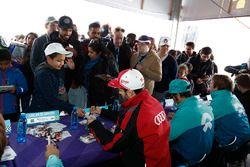 Daniel Abt, Audi Sport ABT Schaeffler, firman autógrafos para los fans