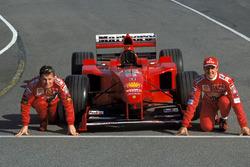 Гонщики Ferrari Эдди Ирвайн и Михаэль Шумахер