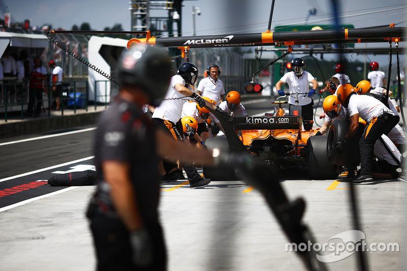 Stoffel Vandoorne, McLaren MCL33, ai box durante le prove