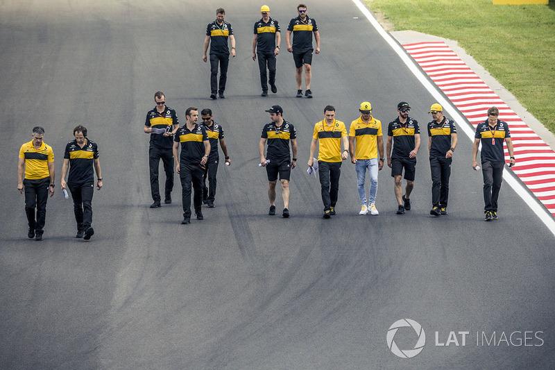 Carlos Sainz Jr., Renault Sport F1 Team, cammina lungo il circuito con il suo team