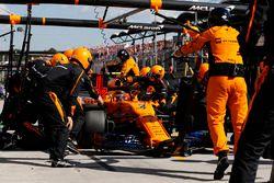 Stoffel Vandoorne, McLaren MCL33, in de pits