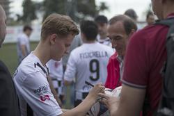 Mick Schumacher, firma un autografo