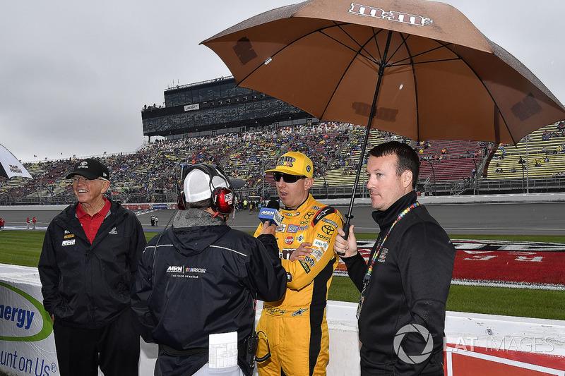 Kyle Busch, Joe Gibbs Racing, Toyota Camry M&M's Red White & Blue parla con Alex Hayden, MRN