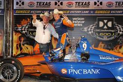 Scott Dixon, Chip Ganassi Racing Honda celebra en el podio con el dueño del equipo Chip Ganassi