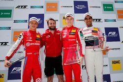 Подиум: победитель Маркус Армстронг, второе место – Ральф Арон, PREMA Theodore Racing, третье место – Джехан Дарувала, Carlin