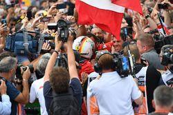 Yarış galibi Sebastian Vettel, Ferrari, parc ferme