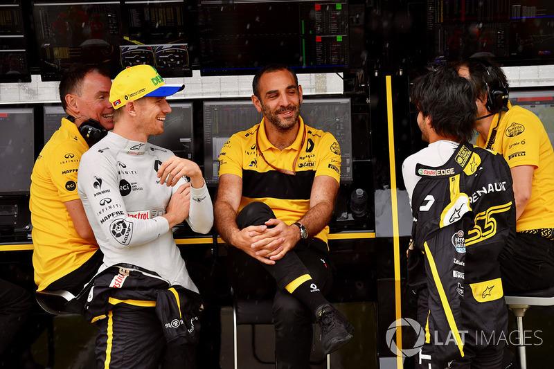 Nico Hulkenberg, Renault Sport F1 Team, Cyril Abiteboul, director general del Renault Sport F1 y Carlos Sainz Jr., Renault Sport F1 Team en el muro del equipo