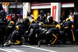 Carlos Sainz Jr., Renault Sport F1 Team R.S. 18, s'arrête au stand