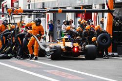 Stoffel Vandoorne, McLaren MCL33, makes a stop