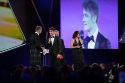 Chase Carey, CEO, Formula One, yılın çaylağı ödülünü Charles Leclerc'e veriyor