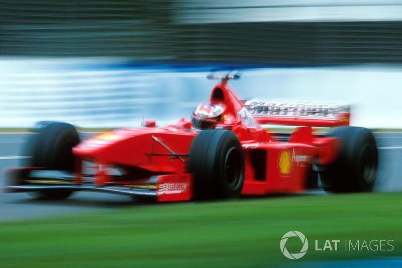 На пятом круге McLaren лишилась главного соперника: у Михаэля Шумахера отказал мотор. Немцу оставалось лишь с досадой выкинуть руль